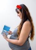 Έγκυος κυρία που φαίνεται εσωτερικό κιβώτιο δώρων Στοκ φωτογραφία με δικαίωμα ελεύθερης χρήσης