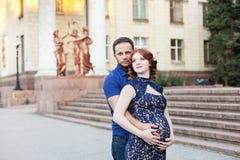 Έγκυος κόκκινη γυναίκα τρίχας στο πολύ μπλε φόρεμα και μοντέρνος άνδρας Στοκ φωτογραφία με δικαίωμα ελεύθερης χρήσης