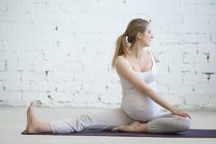 Έγκυος νέα γυναίκα που κάνει την προγενέθλια γιόγκα Νωτιαία συστροφή σε Janu S Στοκ εικόνες με δικαίωμα ελεύθερης χρήσης