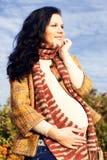 έγκυος περπατώντας γυναίκα πάρκων Στοκ φωτογραφία με δικαίωμα ελεύθερης χρήσης