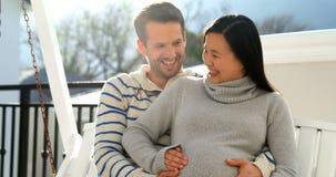 Έγκυος συνεδρίαση ζευγών στην ταλάντευση 4k φιλμ μικρού μήκους
