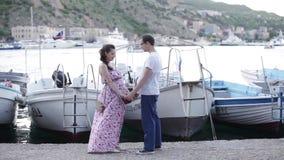 Έγκυος σύζυγος και τα χέρια λαβής συζύγων της απόθεμα βίντεο
