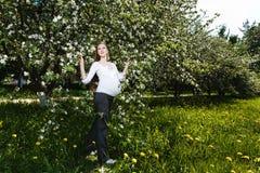 έγκυος χαλαρώνοντας γυναίκα πάρκων Στοκ Εικόνες