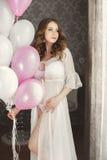Έγκυος όμορφη γυναίκα με τη δέσμη των μπαλονιών Στοκ Εικόνα