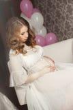Έγκυος όμορφη γυναίκα με τη δέσμη των μπαλονιών Στοκ φωτογραφίες με δικαίωμα ελεύθερης χρήσης