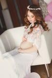 Έγκυος όμορφη γυναίκα με τη δέσμη των μπαλονιών Στοκ εικόνα με δικαίωμα ελεύθερης χρήσης
