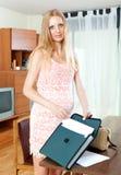 Έγκυος όμορφη γυναίκα με το έγγραφο εγγράφου στο καθιστικό Στοκ Φωτογραφία