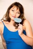 Έγκυος όμορφη γυναίκα που κρατά ένα lollipop Στοκ Εικόνα