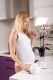 έγκυος teapot κουζινών γυναί&kappa Στοκ εικόνες με δικαίωμα ελεύθερης χρήσης