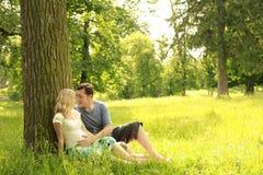 Έγκυο ζεύγος ερωτευμένο Στοκ εικόνες με δικαίωμα ελεύθερης χρήσης