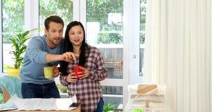 Έγκυο ζεύγος που φαίνεται σχεδιάγραμμα του καινούργιου σπιτιού τους 4k απόθεμα βίντεο
