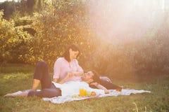 Έγκυο ζεύγος στο πικ-νίκ Στοκ Εικόνες