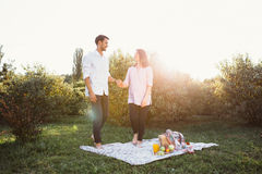 Έγκυο ζεύγος στο πικ-νίκ Στοκ φωτογραφίες με δικαίωμα ελεύθερης χρήσης