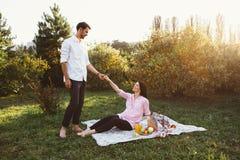 Έγκυο ζεύγος στο πικ-νίκ Στοκ Φωτογραφία