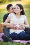 Έγκυο ισπανικό ζεύγος που κάνει τη μορφή καρδιών με τα χέρια στην κοιλιά Στοκ φωτογραφία με δικαίωμα ελεύθερης χρήσης