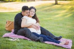 Έγκυο ισπανικό ζεύγος στο πάρκο υπαίθρια Στοκ φωτογραφία με δικαίωμα ελεύθερης χρήσης