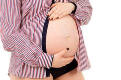 Έγκυο κορίτσι κοιλιών στο πουκάμισο Στοκ φωτογραφίες με δικαίωμα ελεύθερης χρήσης