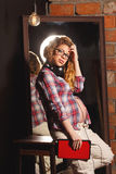 Έγκυο κορίτσι που ακούει τη μουσική Στοκ Φωτογραφία
