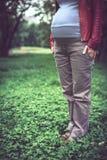 Έγκυο κορίτσι σε ένα κόκκινο σακάκι Στοκ Εικόνα