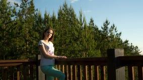 Έγκυο κορίτσι στο υπόβαθρο του κομψού δάσους μια θερινή ημέρα απόθεμα βίντεο