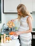 Έγκυο μαγείρεμα νοικοκυρών Στοκ Φωτογραφία