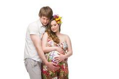 Έγκυο νέο ζεύγος στοκ εικόνα