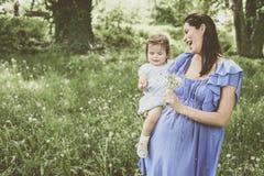 Έγκυο παιχνίδι μητέρων με λίγη κόρη στο πάρκο Στοκ φωτογραφία με δικαίωμα ελεύθερης χρήσης