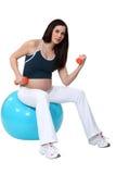 Έγκυο brunette που κάνει την άσκηση στοκ εικόνα
