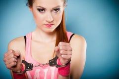 Έγκλημα εφήβων - κορίτσι εφήβων στις χειροπέδες Στοκ φωτογραφίες με δικαίωμα ελεύθερης χρήσης