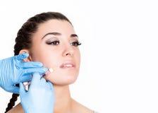 Έγχυση ομορφιάς από το γιατρό στα μπλε γάντια νεολαίες γυναικών σαλ&omicr Ελεύθερου χώρου για το κείμενο