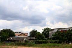 Έδαφος σπιτιών και θύελλα βροχής στο υπόβαθρο ουρανού στοκ φωτογραφίες με δικαίωμα ελεύθερης χρήσης