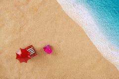 Έδρα κάτω από parasol στην παραλία Στοκ φωτογραφία με δικαίωμα ελεύθερης χρήσης