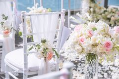 Έδρα που διακοσμείται με τα λουλούδια στο γάμο στοκ φωτογραφία με δικαίωμα ελεύθερης χρήσης