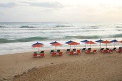 Έδρες και ομπρέλες παραλιών στην παραλία στοκ εικόνα