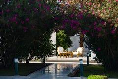 Έδρες με έναν πίνακα κοντά στο ξενοδοχείο στοκ φωτογραφίες με δικαίωμα ελεύθερης χρήσης