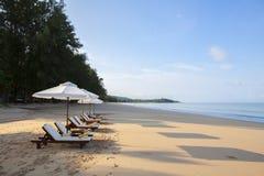 Έδρες παραλιών στην άσπρη παραλία άμμου στοκ εικόνες