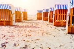 Έδρες παραλιών στην αμμώδη παραλία σε Travemuende, κόλπος Luebeck, Γερμανία Στοκ φωτογραφίες με δικαίωμα ελεύθερης χρήσης