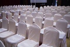 Έδρες που τοποθετούνται στο δωμάτιο συμποσίου Στοκ φωτογραφία με δικαίωμα ελεύθερης χρήσης