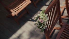 Έδρες σε μια γαμήλια τελετή/διακοσμημένος με τις ρυθμίσεις λουλουδιών Θέση για μια γαμήλια τελετή φιλμ μικρού μήκους