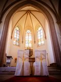 Έδρες στην εκκλησία για τη γαμήλια τελετή στο βωμό Στοκ Εικόνα