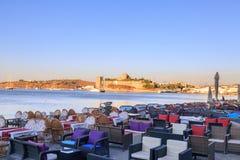 Έδρες στην παραλία Bodrum με την άποψη του κάστρου Bodrum Στοκ Φωτογραφία