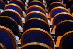 Έδρες στη σειρά στην αίθουσα Στοκ Εικόνες