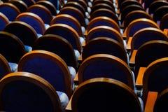 Έδρες στη σειρά στην αίθουσα Στοκ εικόνες με δικαίωμα ελεύθερης χρήσης