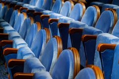 Έδρες στη σειρά στην αίθουσα Στοκ εικόνα με δικαίωμα ελεύθερης χρήσης