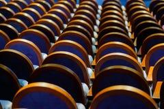 Έδρες στη σειρά στην αίθουσα Στοκ φωτογραφία με δικαίωμα ελεύθερης χρήσης