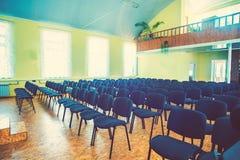 Έδρες στο κενό δωμάτιο για τις αποδόσεις στοκ εικόνες με δικαίωμα ελεύθερης χρήσης