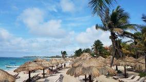 Έδρες Palapas και σαλονιών κατά μήκος της παραλίας στοκ φωτογραφία με δικαίωμα ελεύθερης χρήσης