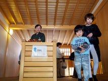 Έκθεμα εξόδων μητέρων και γιων των έργων ζωγραφικής οθόνης παλατιών Hommaru, Νάγκουα, Ιαπωνία στοκ εικόνα