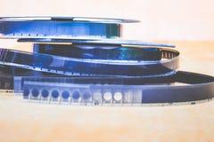 Έκθεμα μουσείων: μασούρια με μια παλαιά ταινία, μια ταινία που γυρίζεται σε μια ταινία Στοκ Φωτογραφία