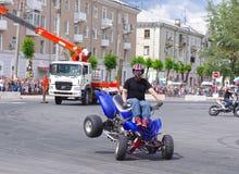 Έκθεση αυτοκινήτου από την ακροβατική επίδειξη των CK ομάδων - παρουσιάστε των ρωσικών αναβατών στο άνοιγμα της έκθεσης των νέων  Στοκ φωτογραφία με δικαίωμα ελεύθερης χρήσης
